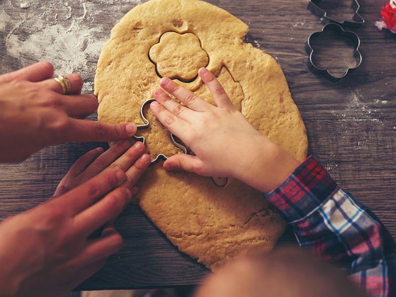 Biscotti Di Natale X Bambini.Laboratorio Per Bambini Preparare I Biscotti Natalizi Con La